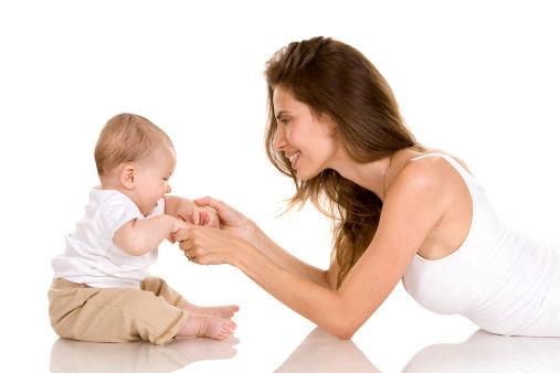 mamma-gioca-con-neonato_1